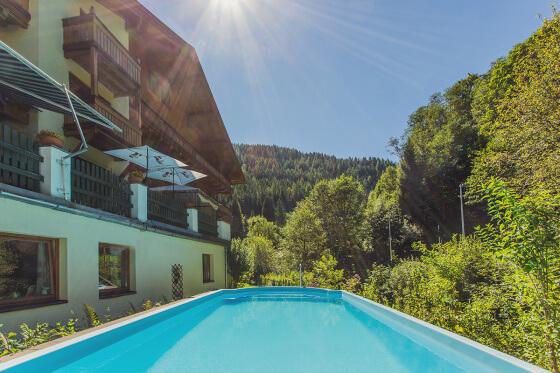 Beheizter Außenpool im Sommer - Salzburger Hof
